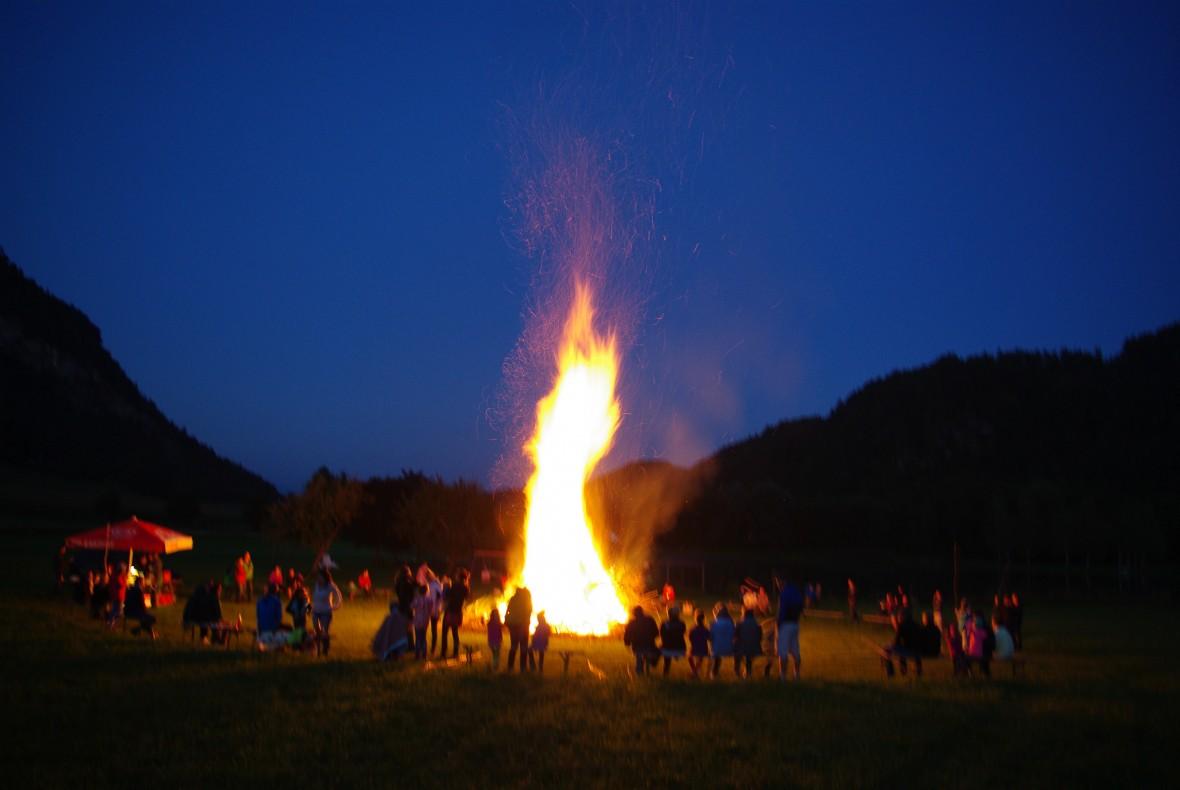 Großes Lagerfeuer am Talhof