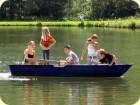 Die Jugend trifft sich am Boot