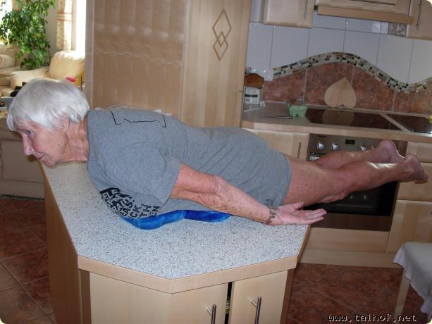 Uschi (88 Jahre) beim Planking